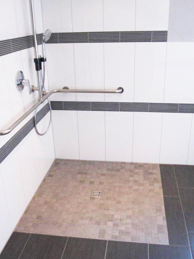 Helle offene und barrierefreie Dusche